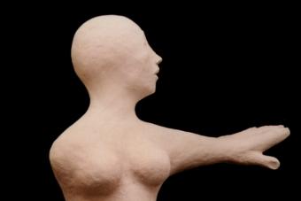 2001 Frau im Zwiespalt Keramik H46cm