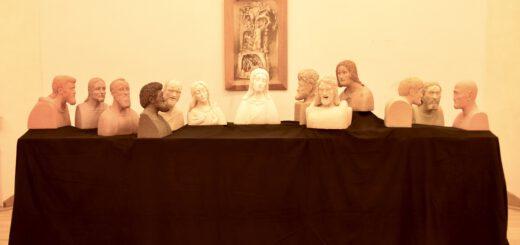 Das Bild zeigt den Aufbau der Tonplastiken nach dem Abendmahl von Leonardo da Vinci im Rudolf Steiner Haus Mannheim